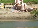 Junges Paar fickt am See