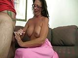 Lady bespritzt ihre reifen Titten