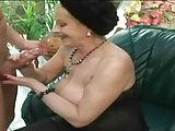 Oma Monika ist sehr heiß