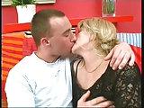 Mollige Frau hat Spaß mit dem jüngeren Pimmel