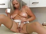 Verspielte Oma in der Küche