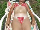 Ältere Frau zeigt wie feucht sie ist
