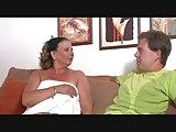Sie öffnet vor ihm das Handtuch