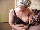 Reife Nadine masturbiert in Strumpfhosen