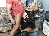 Oma bemerkt die Beule in seiner Hose