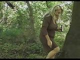 Im Wald trifft er auf eine ältere Frau