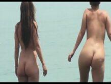 Mix von nackten Frauen am Strand