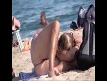 Ältere Paare sind hemmungslos am Strand