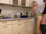 Beim Abwasch von hinten gefickt