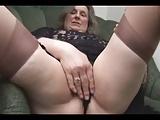 Alte Oma macht die Beine breit