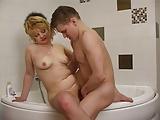 Duschen mit einer reifen Russin