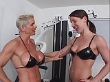 Muskulöse Frau fickt devote Stute
