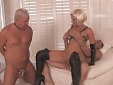 Blonde Domina mit zwei Sklaven