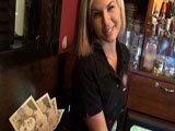 Kellnerin hat Sex auf der Arbeit