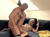 Couchfick mit scharfer Blondine