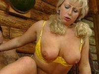 Christin hat blonde Zöpfe und sexy Titten