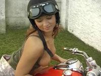 Schwanzgeile fickt auf dem Motorrad