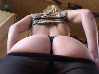 Hausfrau in Strumpfhosen bezahlt mit einem Fick