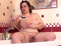 Dicke Frau nackt in der Badewanne
