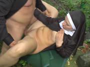Deutsche Nonne fickt Outdoor