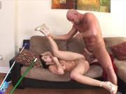 Junge Putzfrau bekommt seinen großen Schwanz in den Arsch