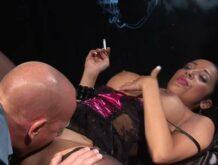 Scharfe Frau in Reizwäsche raucht ihre Zigarette beim ficken