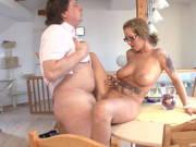 Geile Hausfrau mit vollen Titten wird im Esszimmer gefickt