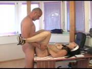 Heiße Mitarbeiterin verführt den Chef zum Bürosex