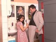 Mann fickt kleines Teen auf der Toilette