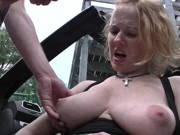 Rothaarige Deutsche verführt zum Fick im Auto