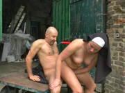 Mönch fickt geile Nonne hinter dem Kloster
