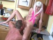 Vater bumst geile Tochter in der Küche