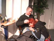 Junger Mann will seine Milf-Friseurin mit seinem Schwanz bezahlen