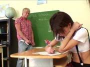 Referendar fickt dürres Schulmädchen im Klassenzimmer