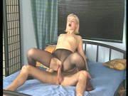 Blondine trägt Strumpfhosen und Stiefel beim Ficken