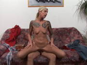 Hausfrau mit Tattoos hat einen Schwanz nötig