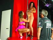 Zwei deutsche Weiber lassen sich im Stripclub ficken