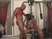 Trainer fickt eine dicke schwarze Frau beim Fitness