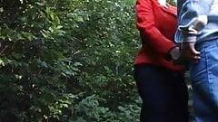 Nach dem Pissen im Wald lässt sich die Dame die Möse lecken