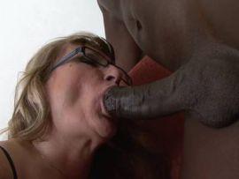 Reife Blondine in Dessous fickt mit einem Schwarzen