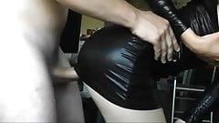 Im Wet Look Kleid gefickt und drauf gespritzt