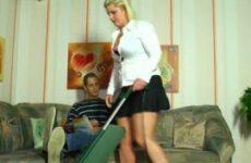 Im Minirock macht die mollige Hausfrau ihn geil