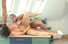 Nach der Arbeit bumst er seine geile Frau in der Küche