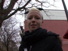 Dürre deutsche Blondine mit kleinen Titten wird abgeschleppt