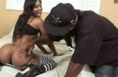 Ebony Envy schwitzt bei dem wilden Blacksex