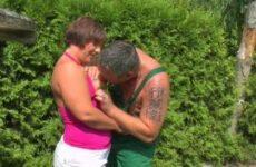 Mollige Frau bumst mit dem Gärtner im Garten