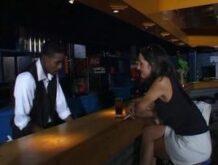 Schwarzer Barkeeper fickt mit einer geilen Schlampe am Tresen