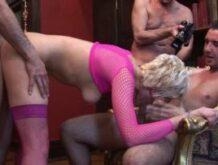 Kleiner Gangbang für eine Blondine in Netz-Dessous