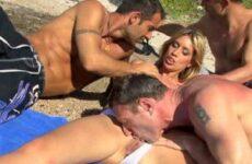 Kleiner Gangbang am Strand mit einer Blondine