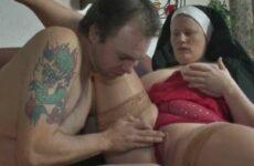 Mollige Nonne in Reizwäsche bumst mit dem Handwerker